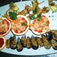 Antipasto di mare, cozze gratinate,insalata di gamberi in pompelmo, spiedino di mare