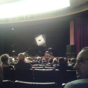 Il palcoscenico in attesa degli artisti