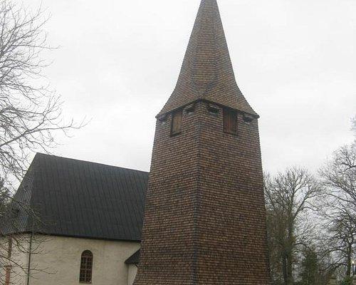 Ransbergs kyrka med alldeles nyrenoverad klockstapel troligen från 1200-talet