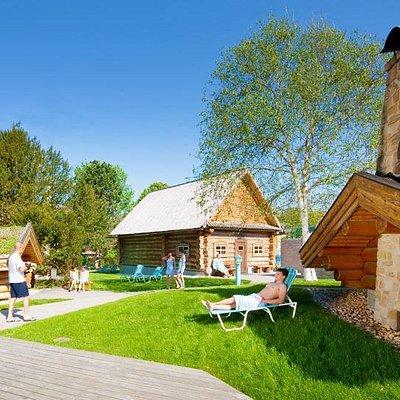 Sauna-Aussenbereich - Saunakultur von Finnland bis Russland im herrlichen Park.