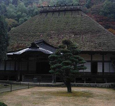 本堂の巨大な藁葺屋根