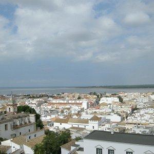 Vista desde lo alto de la torre del campanario de Sanlúcar con Doñana al fondo.