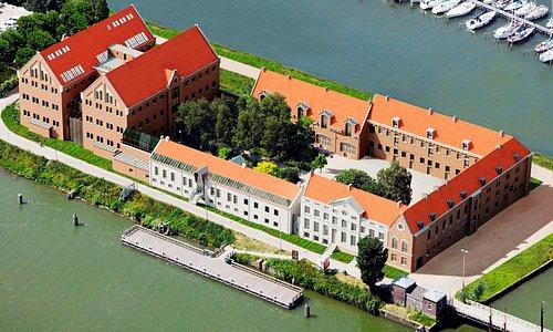 In een voormalige gevangenis op het Oostereiland bij de haven van Hoorn vindt u het nostalgische