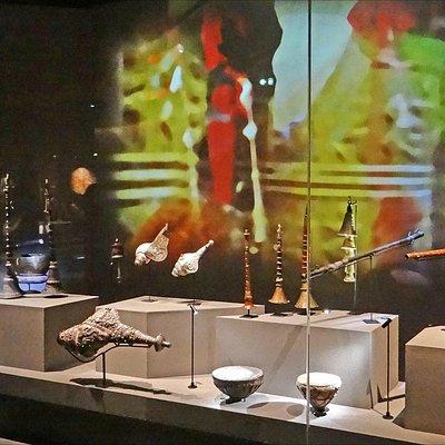 """Vitrine """"le Toit du monde"""" (MUSIC, le musée des instruments)"""