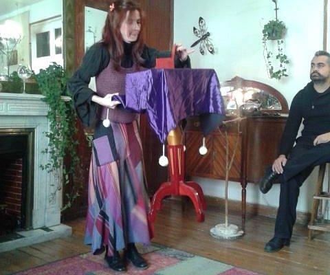 Brujita y mesa levitando