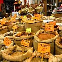 香辛料の麻生袋が並ぶ店内。香りが混ざってすごい!