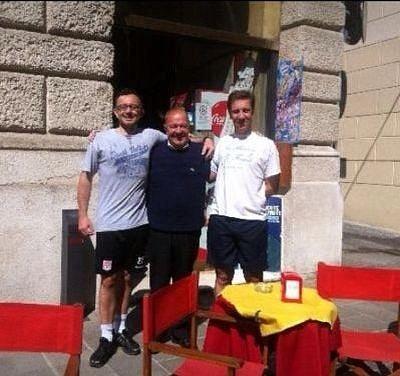 Atleti in pausa all'ottimo Bar Minerva, insieme al gestore Giorgio Baldinato