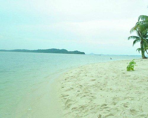Salah Satu Pantai yang berpasir putih