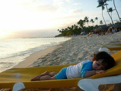 Mi bello hijo disfrutando la exquisita playa