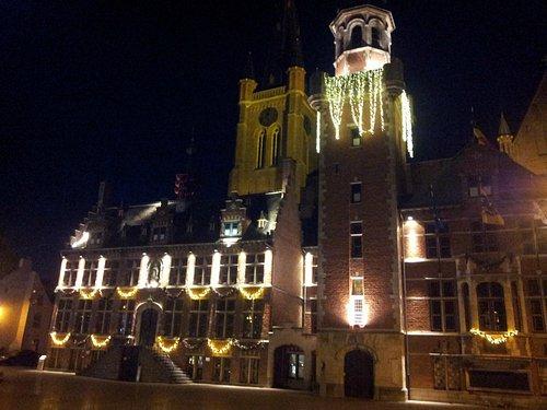 Stadhuis met belfort en St Vincentiuskerk rond Kerst