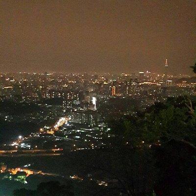 越晚越多人到這拜拜,爬一些樓梯還滿累的,但這裡的夜景也很漂亮,可以看見101大樓