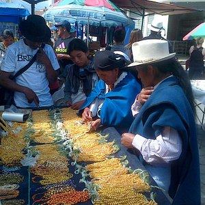 Venta de oro en el mercado de la Plaza los Ponchos.