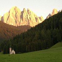 San Giovanni in Ranui con le Odle sullo sfondo.