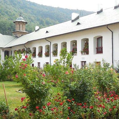 Costruzione attorno alla Chiesa e giardino