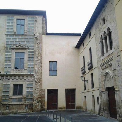 Vista de la torre y la entrada del Palacio.