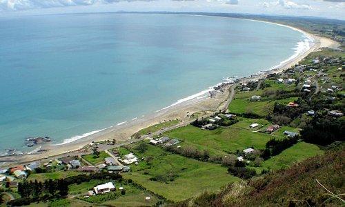 Blick vom Aussichtspunkt über Endless Summer Lodge auf 90-Mile-Beach