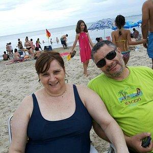 Eu e minha mulher Cida com Praia Mansa ao fundo...