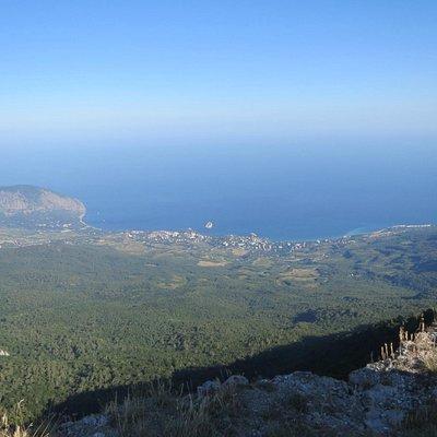Фото с высоты Роман-Кош из беседки Ветров на Медведь-гору, Гурзуф, Партенит, южные склоны