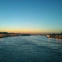 Вечерний вид на Неву с Володарского моста