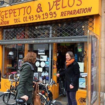 de fietsenmaakster voor haar werkplaats annex winkel
