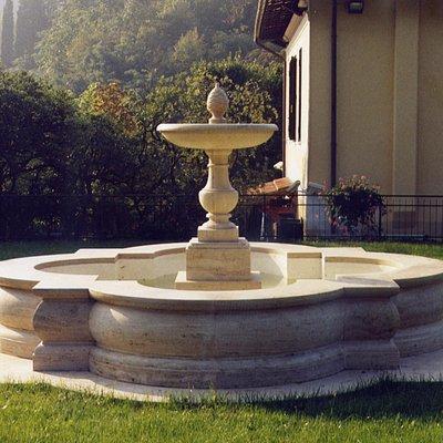Fontana da giardino in travertino