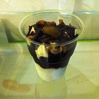 yogurt, banane, cioccolata, noci e castagne