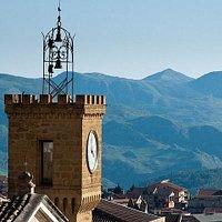 Torre dell'orologio con vista montagne