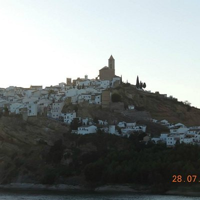 Panorámica de Iznájar con la Parroquia de Santiago en lo más alto de la población