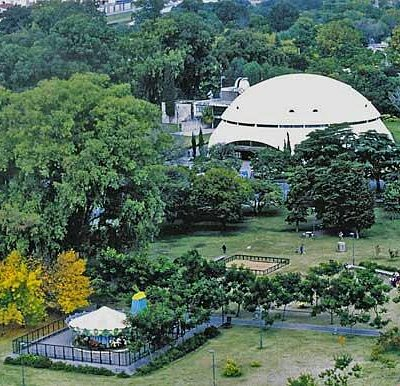 Muy lindo parque. La foto fue tomada por mi hace unos años desde unos de los edificios.