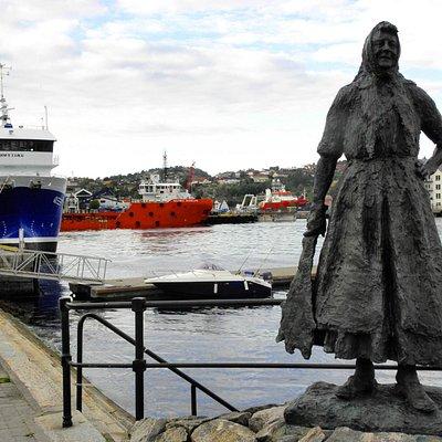 statua e peschereccio