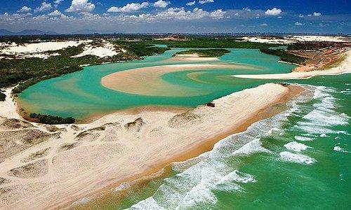 Por incrivel que pareça, isso é uma praia, que perde as ondas, e forma uma lagoa, nas dunas.