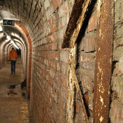 De rondleiding gaat door de gangen waar de mijnwerkers ooit ook liepen.