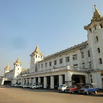 ミャンマー最大の駅