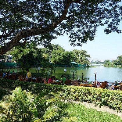 インヤー湖沿いの整った庭園