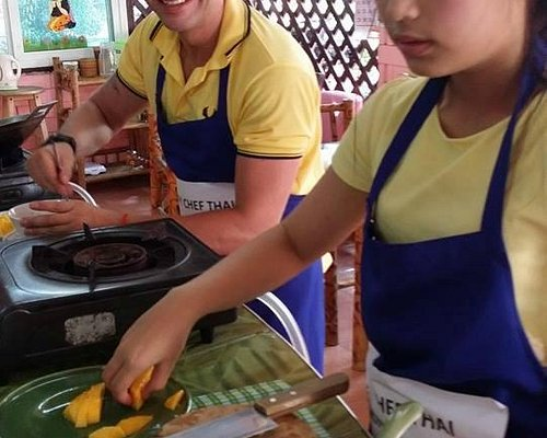 Happy Chef Students Learn to Make 4 Thai Dishes in 2 hours