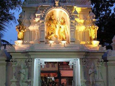 Sri Ponnambalam Vanesar Kovil Behind the gate