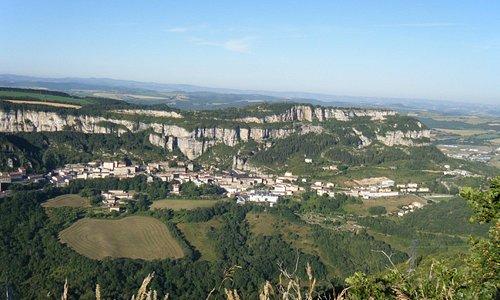 Vue sur le rocher du combalou et le village de Roquefort