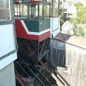 Der Fahrstuhl/Schrägaufzug El Peral in Valparaiso