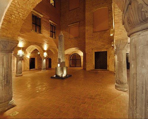 Dziedziniec Muzeum Archeologicznego w Poznaniu - na środku jedyny w Polsce obelisk faraoński