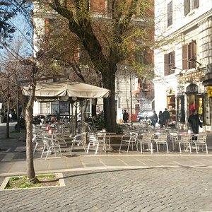 Piazza cola di rienzo bar con i tavolini