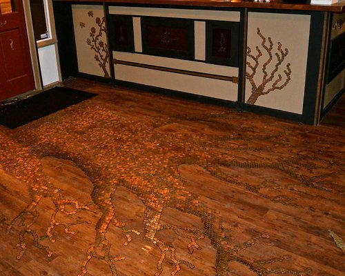 The penny tree is made up of 24,000 US and Canadian pennies.