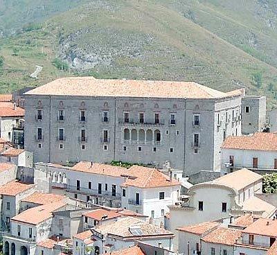 Vista del Palazzo Rinascimentale di Aieta dalla Pineta