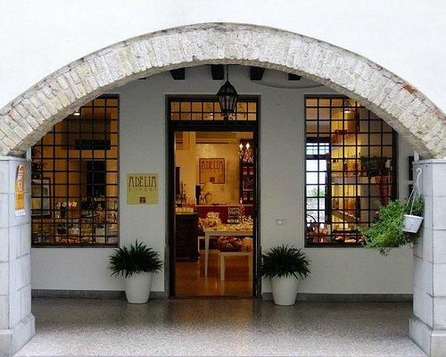 l'ingresso, sotto i portici di Via Garibaldi 27