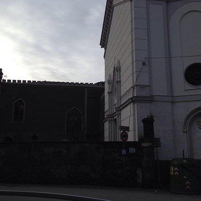 Chiesa dal lato guardate lo stemma della famiglia Ravaschieri