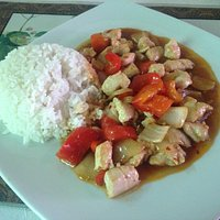 Pollo in salsa piccante accompagnato da riso bianco! Un ottimo piatto sano allo stesso tempo mol