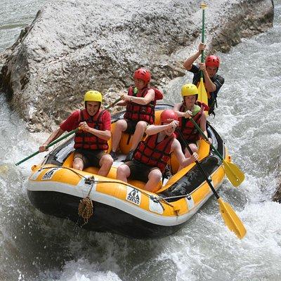 le rafting pour un moment en groupe avec un guide dans le bateau !