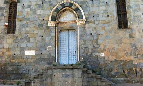 San Giovanni Battista a Riomaggiore, portale gotico