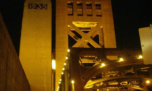 Ночь на мосту Tower Bridge в Сакраменто Калифорния