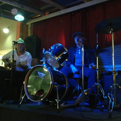 Stan Street -el dueño del lugar- en batería y armónica