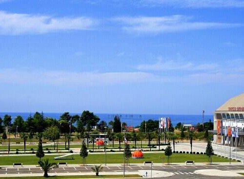 пляж издалека и дворец спорта